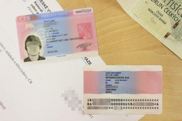 Вместо наклеек в паспорт, сейчас выдают пластиковые карточки ВНЖ. На них указываются все данные: прописка, срок действия, дата рождения и т. д. Это удостоверение личности для иностранца в Чехии. Но при поездках по Шенгену с собой нужно будет возить и загранпаспорт.