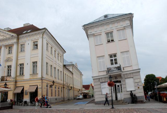 Падающий дом в центре Тарту.