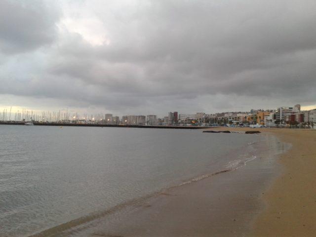 Пляж Лас-Каравадерас в пасмурную погоду (в мае).