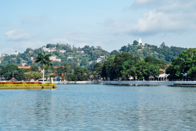 Озеро в центре Канди и вид на гору Будды.