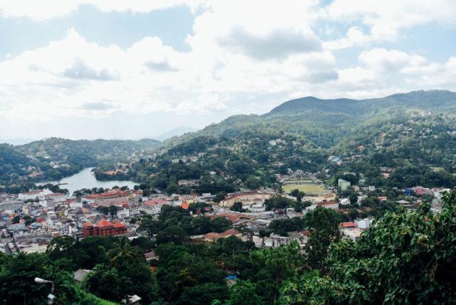 Вид на Канди с горы Будды.