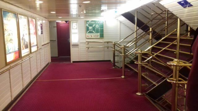Лестницы и один из лифтовых холлов на пароме