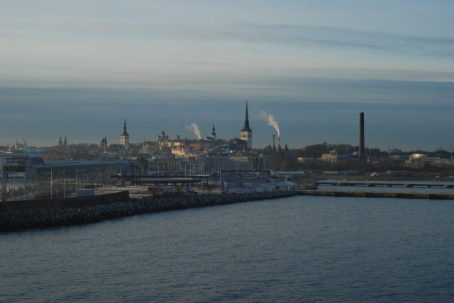 Вид с парома на Старый город Таллина