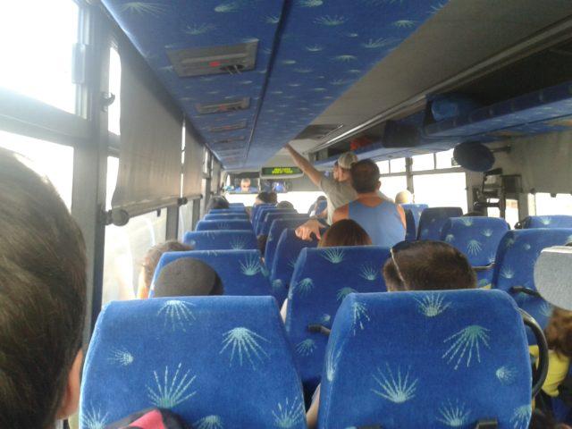 Стоящие американцы в автобусе на Эйлат